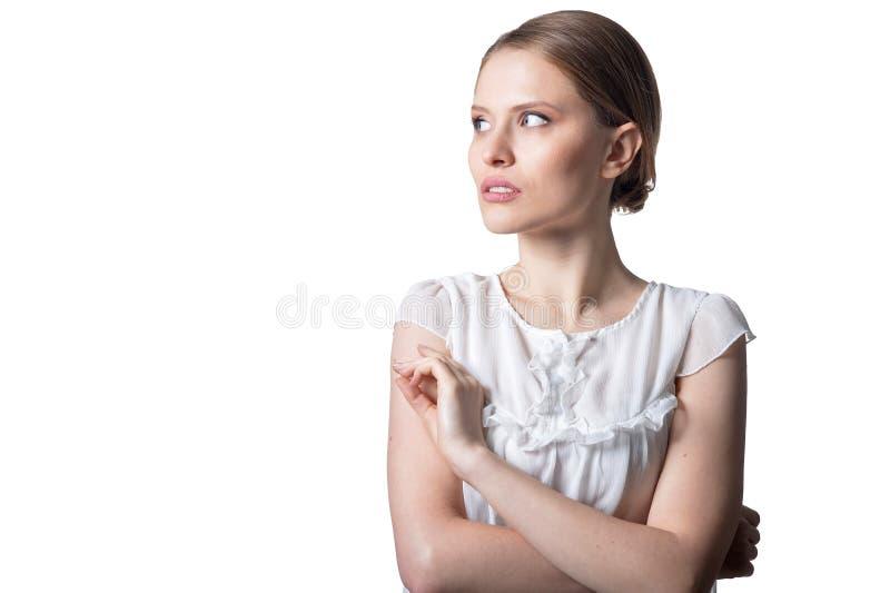 Portrait der sch?nen jungen Frau getrennt auf wei?em Hintergrund lizenzfreie stockbilder