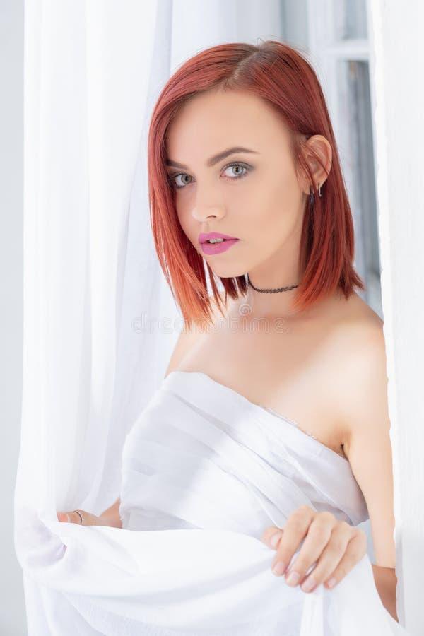 Portrait der sch?nen Redheadfrau lizenzfreies stockfoto