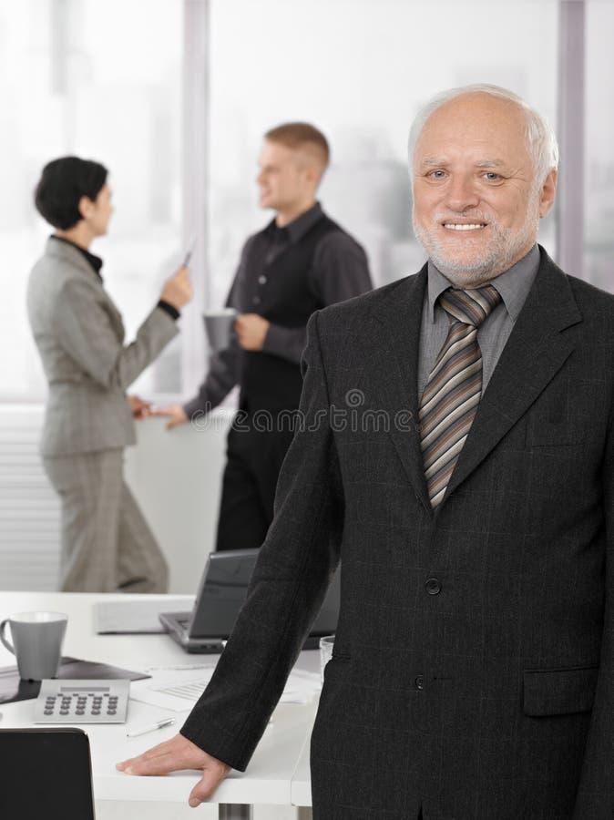 Portrait der stolzen erfahrener Führungskraft im Büro lizenzfreie stockfotografie