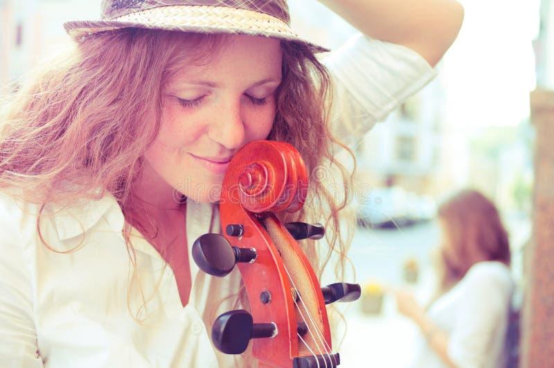 Portrait der Straßenmusikerfrau lizenzfreies stockfoto