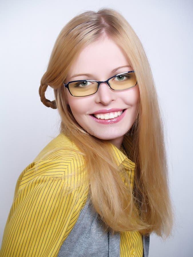 Portrait der tragenden Gläser des schönen Mädchens stockfotos