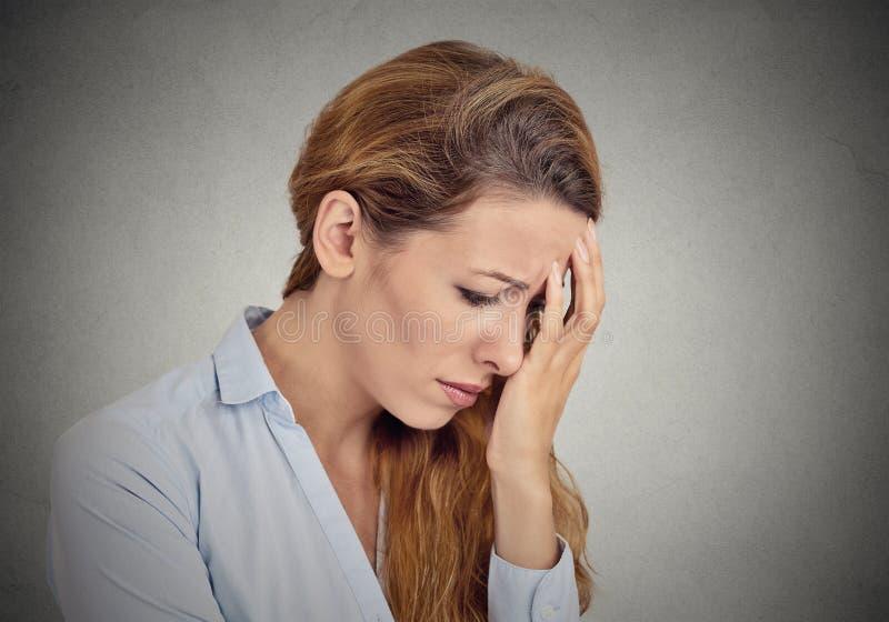 Portrait der traurigen jungen Frau stockbild