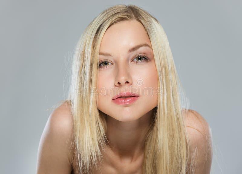 Portrait der unverschämten Jugendlichen des blonden Haares lizenzfreie stockbilder