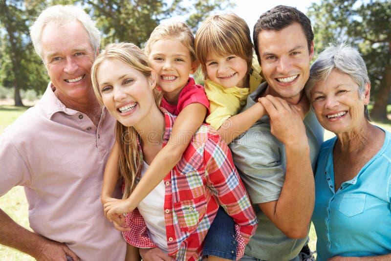 Portrait der von mehreren Generationen Familie draußen stockbild