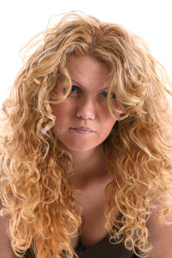 Portrait der wrinkly jungen Frau mit dem langen blonden lockigen Haar stockfotografie