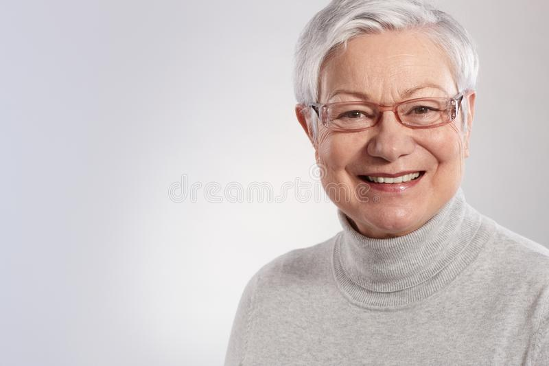 Portrait des älteren Damelächelns stockbilder