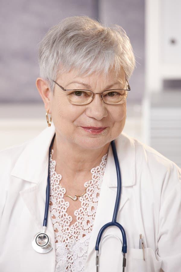 Portrait des älteren Doktors lizenzfreie stockbilder
