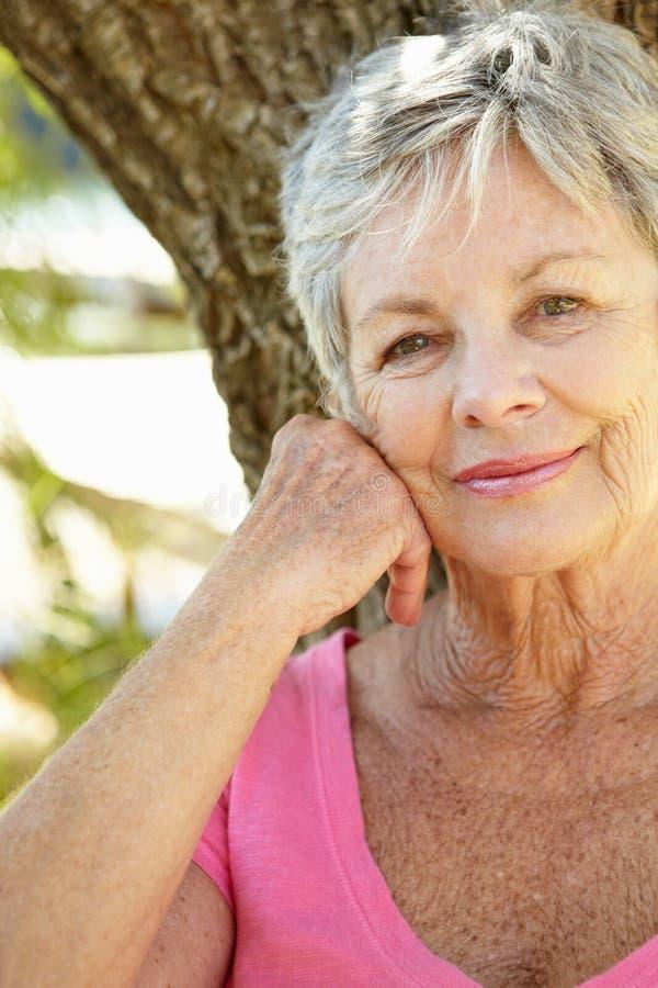 Portrait des älteren Frauenlächelns stockfotos