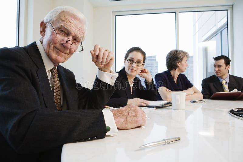 Portrait des älteren Geschäftsmannes in einer Sitzung. stockfotografie