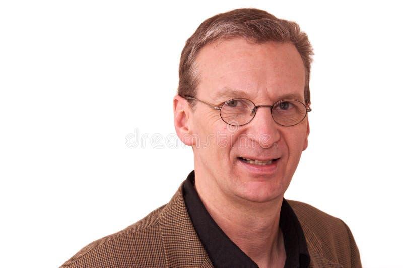 Portrait des älteren lächelnden Mannes auf Weiß lizenzfreie stockfotografie