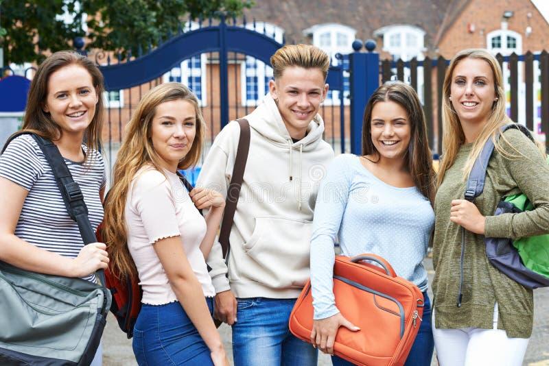 Portrait des étudiants adolescents en dehors du bâtiment scolaire images stock