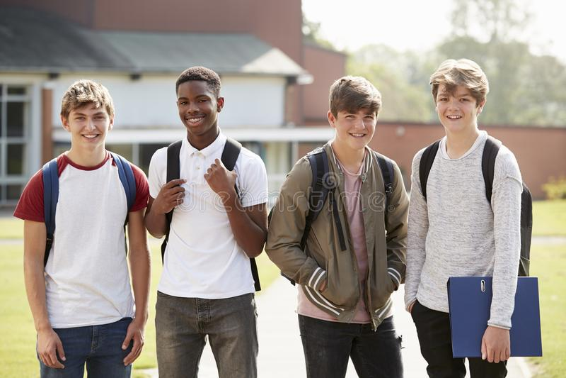Portrait des étudiants adolescents masculins marchant autour du campus d'université photographie stock