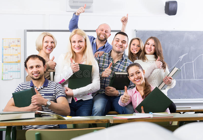 Portrait des étudiants adultes à la classe photo stock