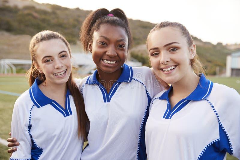 Portrait des étudiants féminins de lycée jouant dans l'équipe de football photographie stock