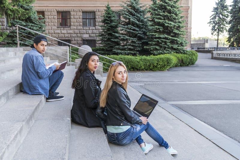Portrait des étudiants sur les escaliers d'université image stock