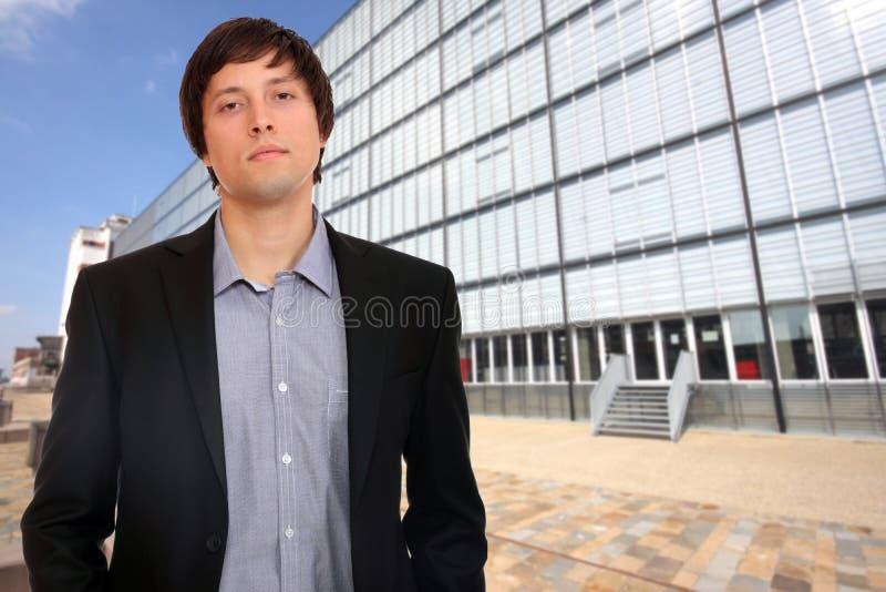 Portrait des überzeugten Geschäftsmannes lizenzfreie stockfotografie