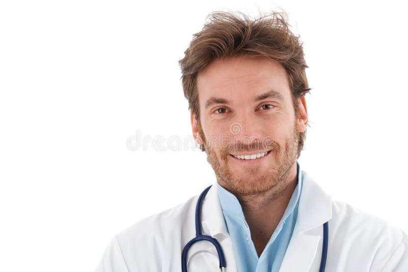 Portrait des überzeugten lächelnden Doktors stockfoto