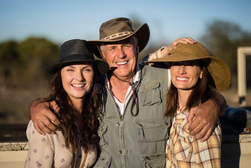 Portrait des amis heureux appréciant pendant des vacances de safari photo libre de droits