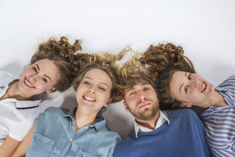 Portrait des amis se trouvant sur le plancher photo libre de droits