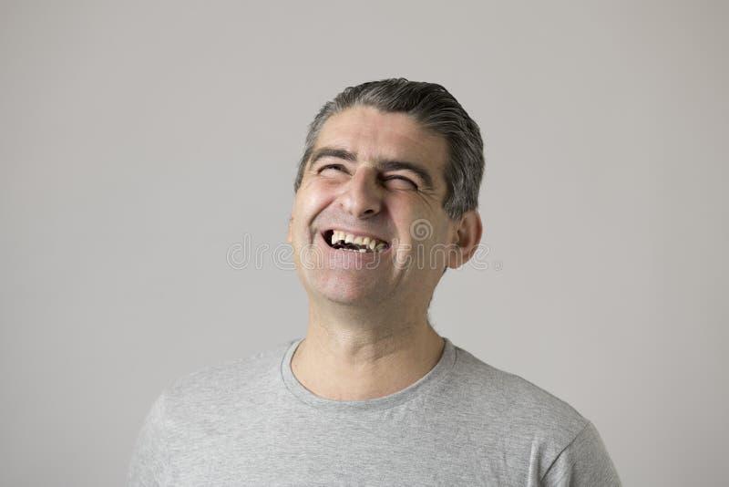 Portrait des années blanches mûres de l'homme 40 à 50 souriant et riant l'expression gentille et positive d'apparence heureuse et image libre de droits