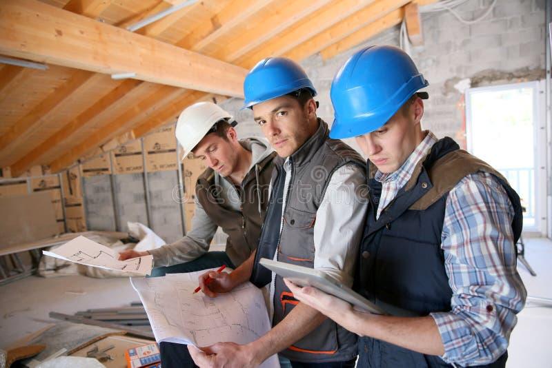 Portrait des apprentis dans la formation de construction photographie stock