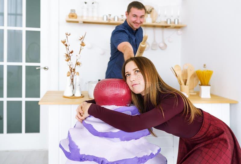 Portrait des associés positifs gais dans la cuisine blanche moderne image stock