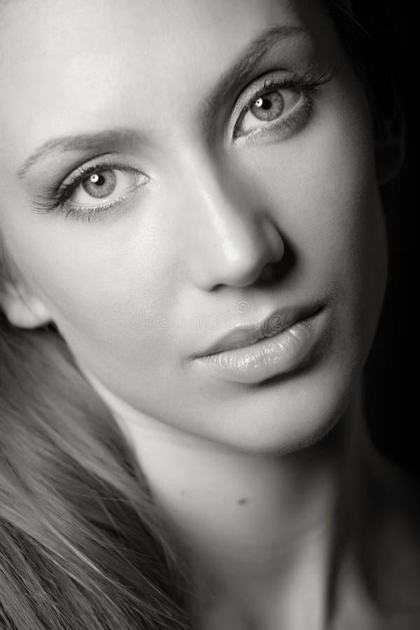 Portrait des attraktiven brown-haired Mädchens lizenzfreie stockbilder