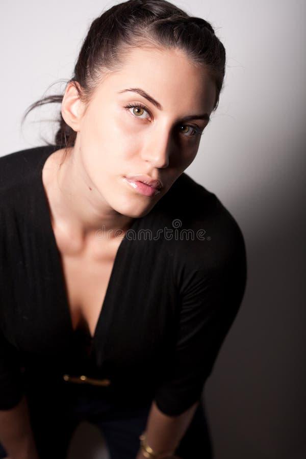 Portrait des attraktiven Brunettemädchens über Grau stockbilder