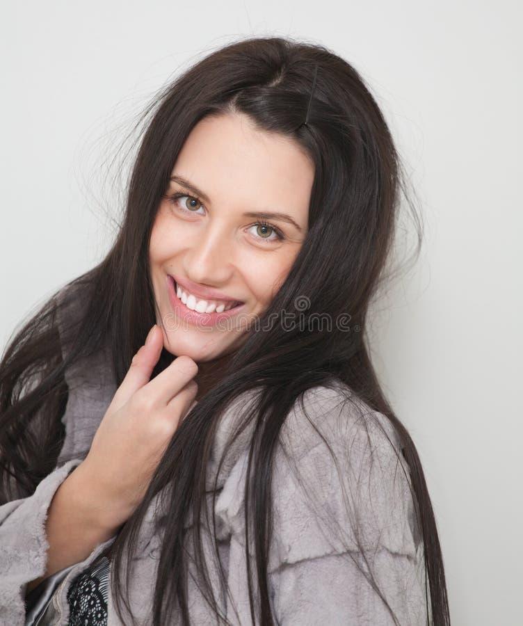 Portrait des attraktiven glücklichen Mädchens im Pelz stockbild