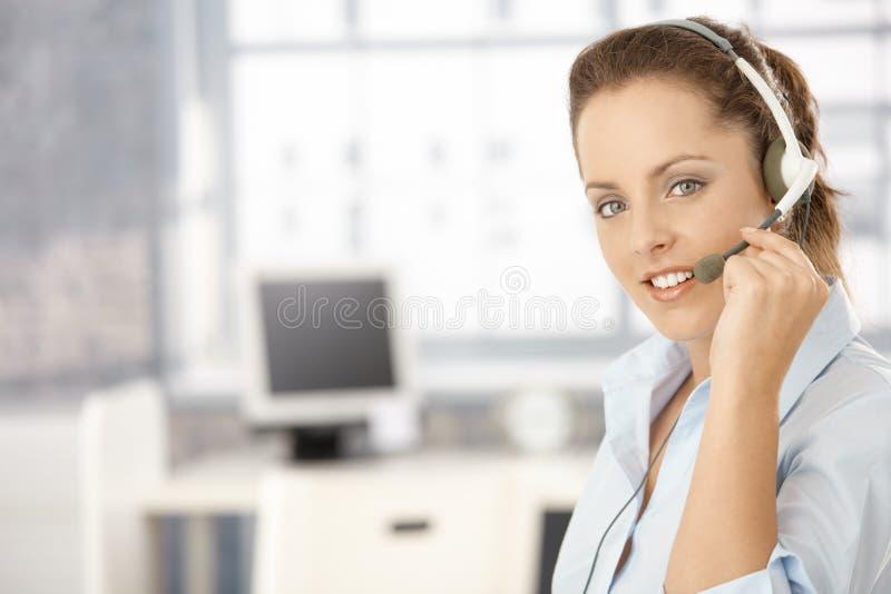 Portrait des attraktiven Mädchens, das Kopfhörer verwendet lizenzfreies stockfoto