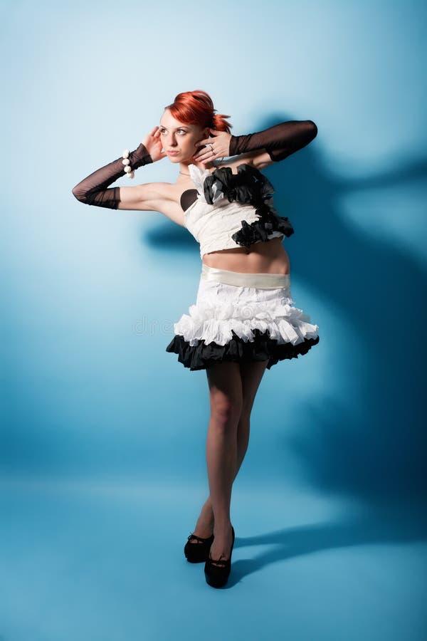Portrait des attraktiven Mädchens im Papierkleid stockfoto