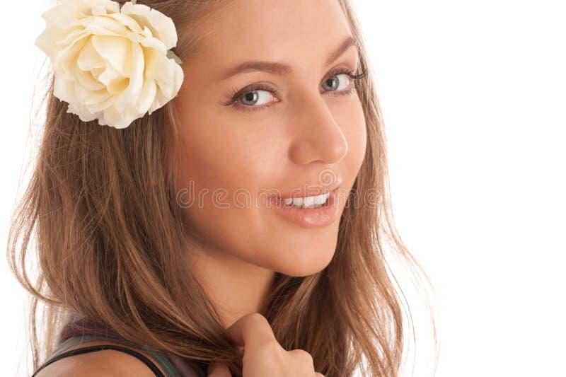 Portrait des attraktiven Mädchens mit Blume im Haar lizenzfreie stockbilder