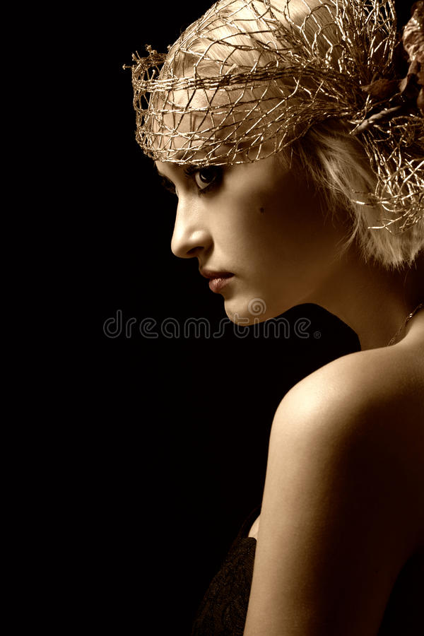 Portrait des attraktiven Retro-art Mädchens in der Mütze lizenzfreie stockfotografie