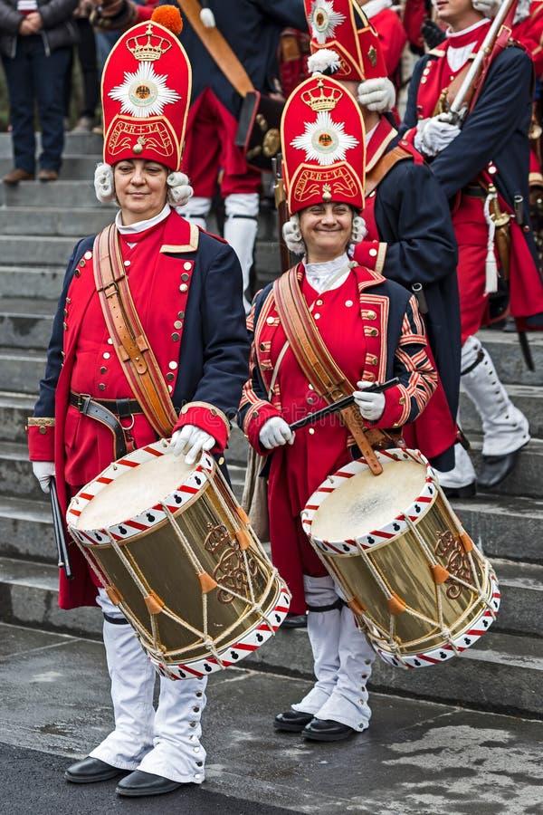 Portrait des batteurs médiévaux de femmes de soldats sur la rue images stock