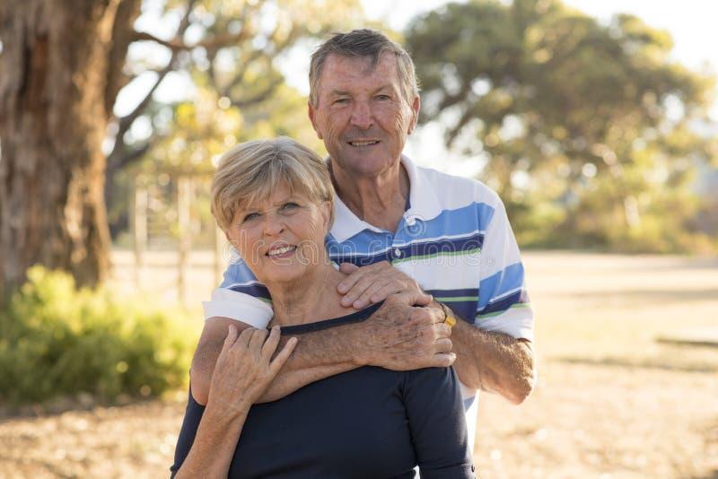 Portrait des beaux et heureux couples mûrs supérieurs américains AR photographie stock