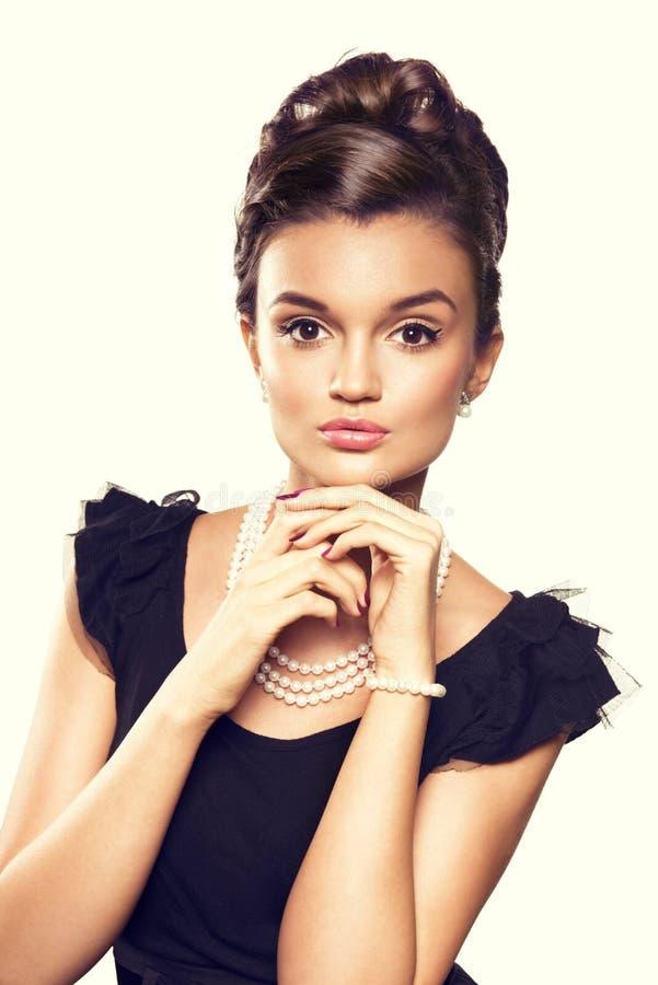 Portrait des bijoux de port de perle de belle femme de brune image stock