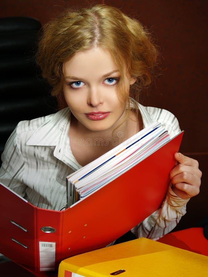 Portrait des blonden Geschäftsmädchens stockfoto