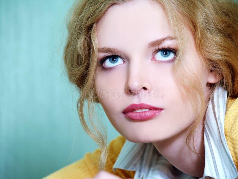 Portrait des blonden Geschäftsmädchens lizenzfreie stockfotos