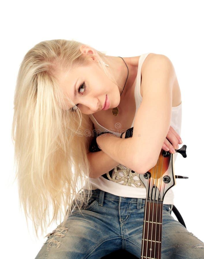 Portrait des blonden Mädchens mit elektrischer Gitarre lizenzfreie stockbilder