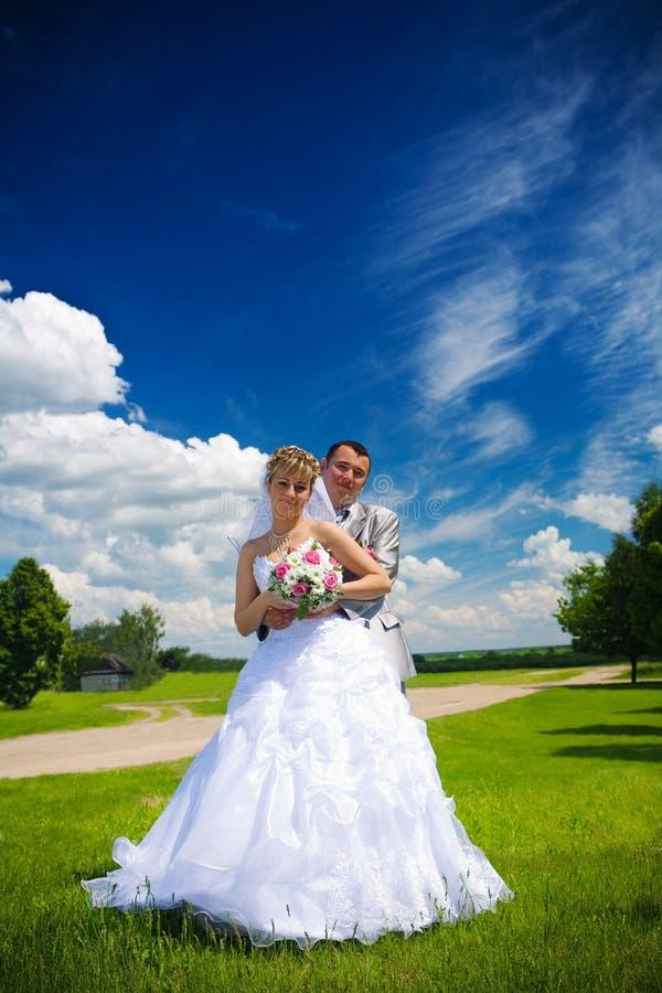 Portrait des Bräutigams und der Braut auf der Natur lizenzfreie stockfotografie