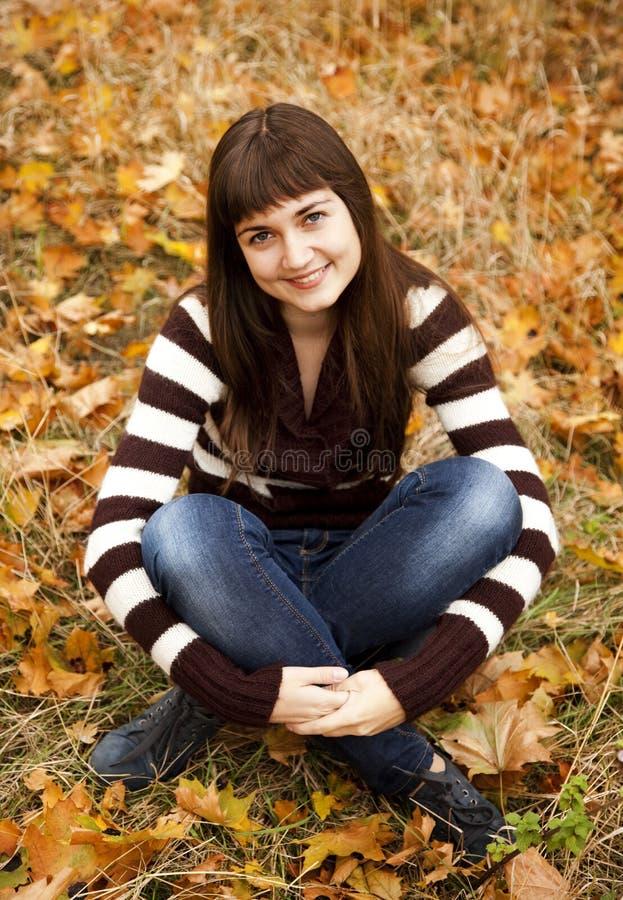 Portrait des Brunettemädchens im Herbstpark. stockbild