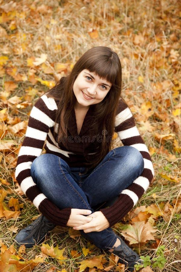 Portrait des Brunettemädchens im Herbstpark. stockfotografie