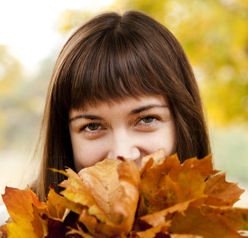 Portrait des Brunettemädchens im Herbstpark. lizenzfreies stockfoto