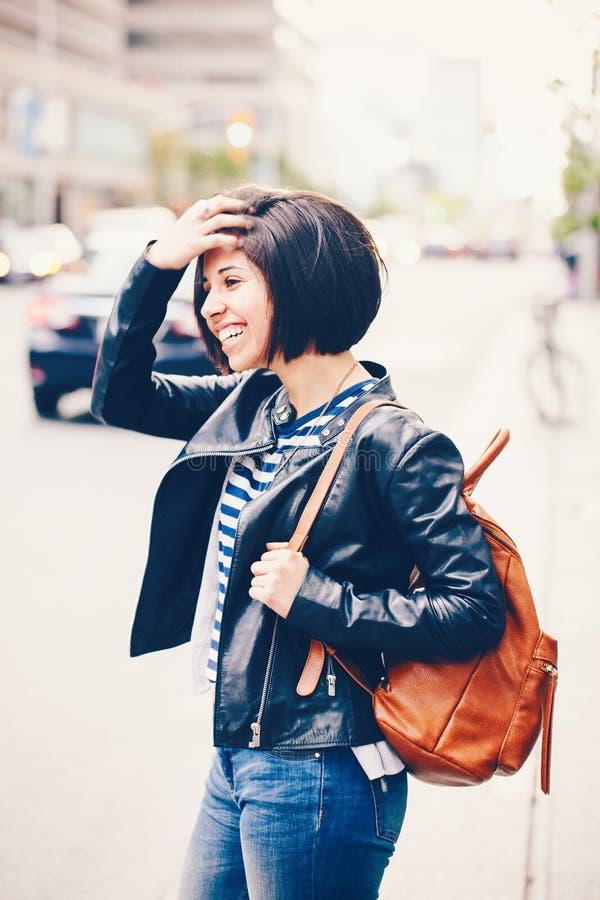 Portrait des cheveux foncés riants de sourire de beau jeune de fille short latin caucasien de femme dans des blues-jean photos stock