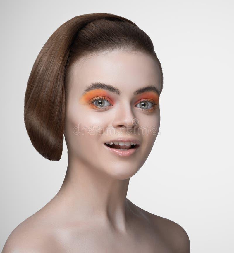 Portrait des cheveux parfaits de sourire de belle femme superbes dénommant une nouvelle coiffure un maquillage lumineux photographie stock