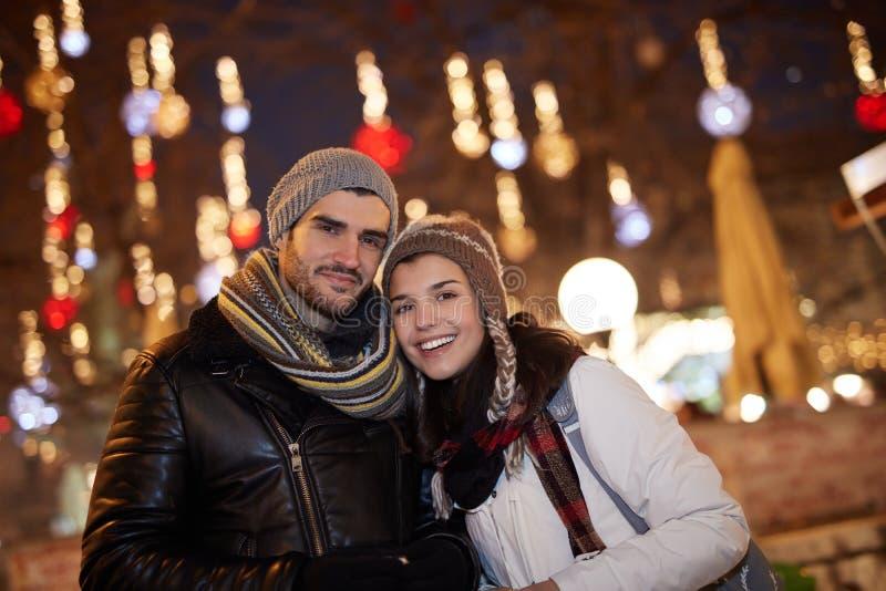 Portrait des couples affectueux à l'hiver images libres de droits