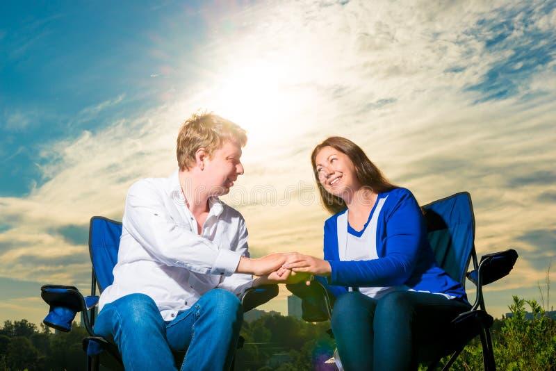 Portrait des couples affectueux heureux au lever de soleil photographie stock