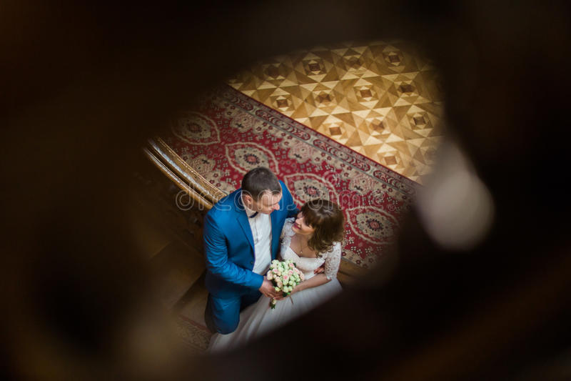 Portrait des couples affectueux heureux se tenant embrassants sur les escaliers à la vieille maison de vintage La vue à partir du photographie stock