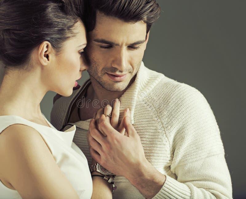Portrait des couples attrayants dans la pose d'amour images stock