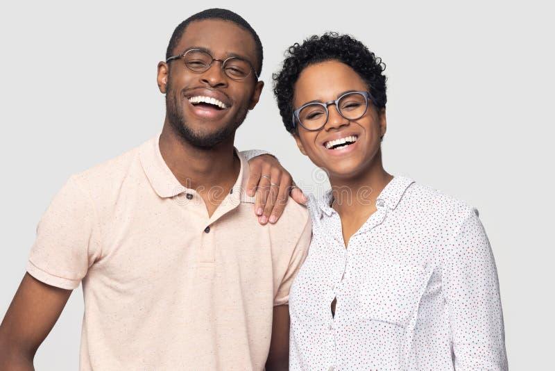 Portrait des couples ethniques de sourire posant pour l'image ensemble image stock